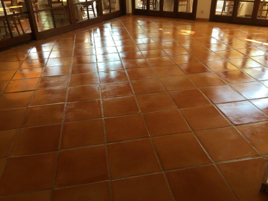 tratamiento suelo barro interior casa con acabado brillo 03