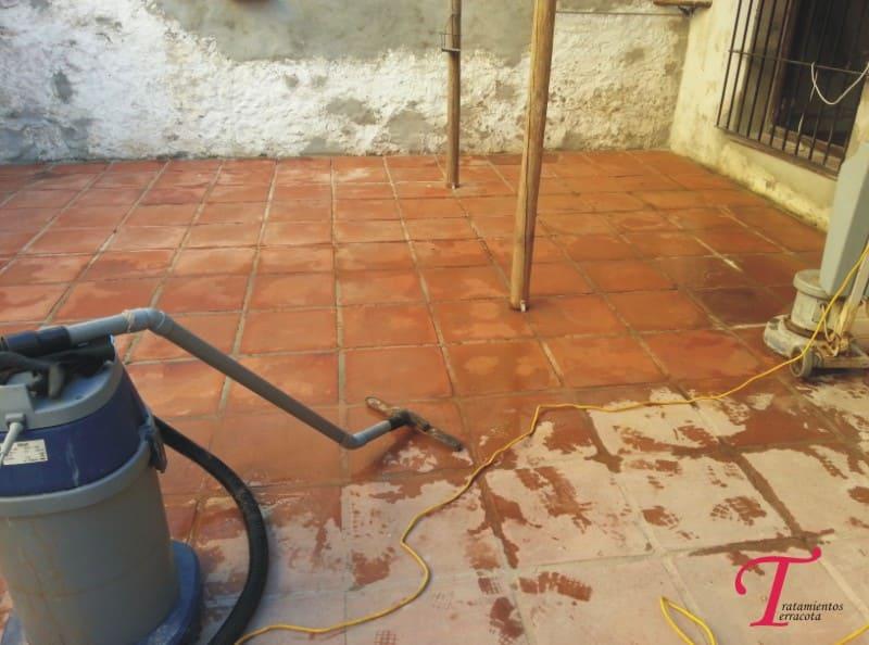 limpiar suelos de barro rustico