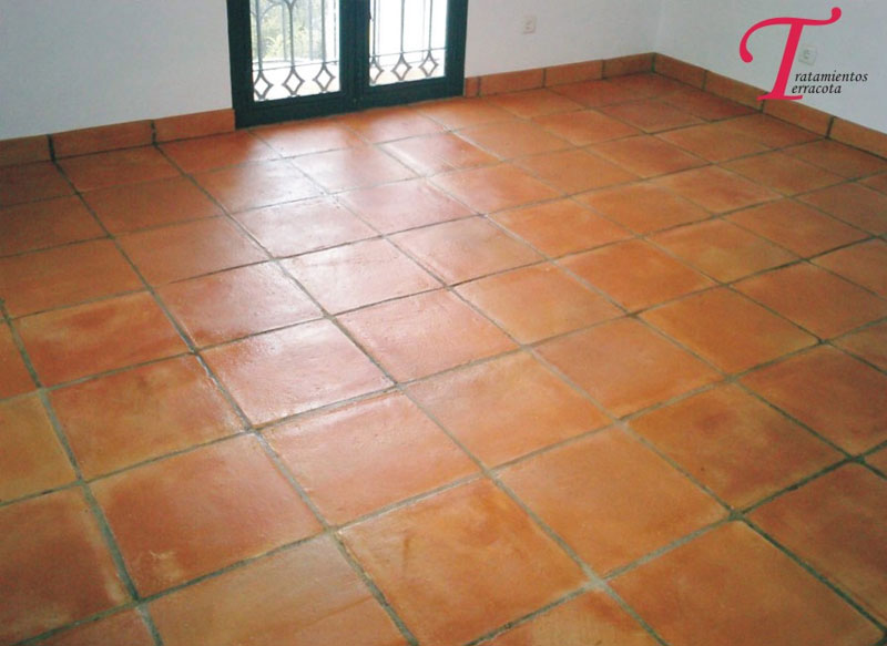 tratamiento suelo barro interior casa con acabado brillo 06