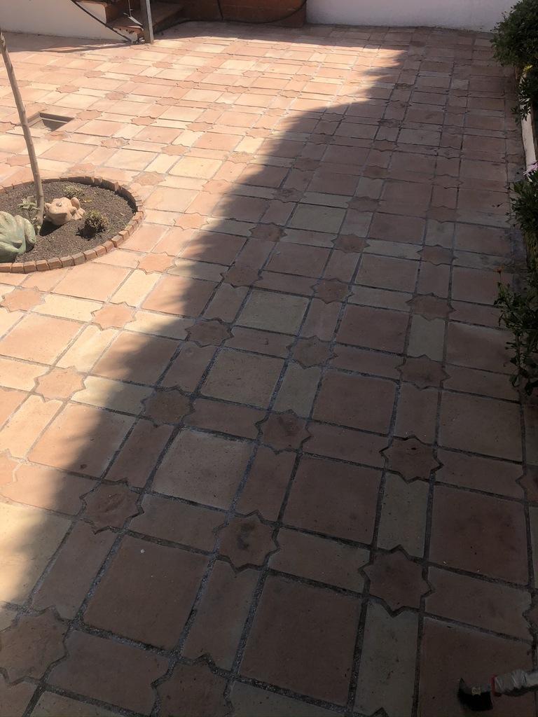 Suelo de barro seco tras fase de limpieza y previo a aplicación del tratamiento 03